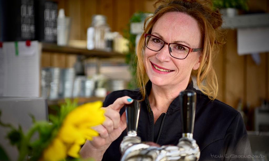 Portret van vrouw achter de tap in haar bedrijf