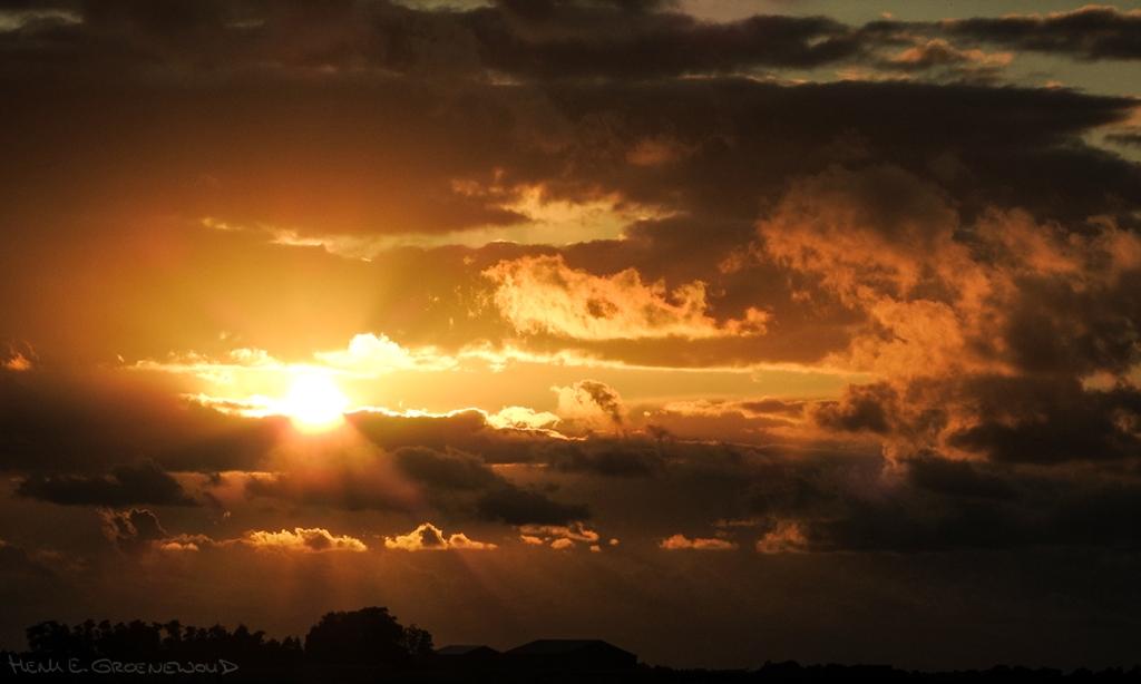 Zonsondergang met wolken en gouden zonlicht, mooi voor portretten